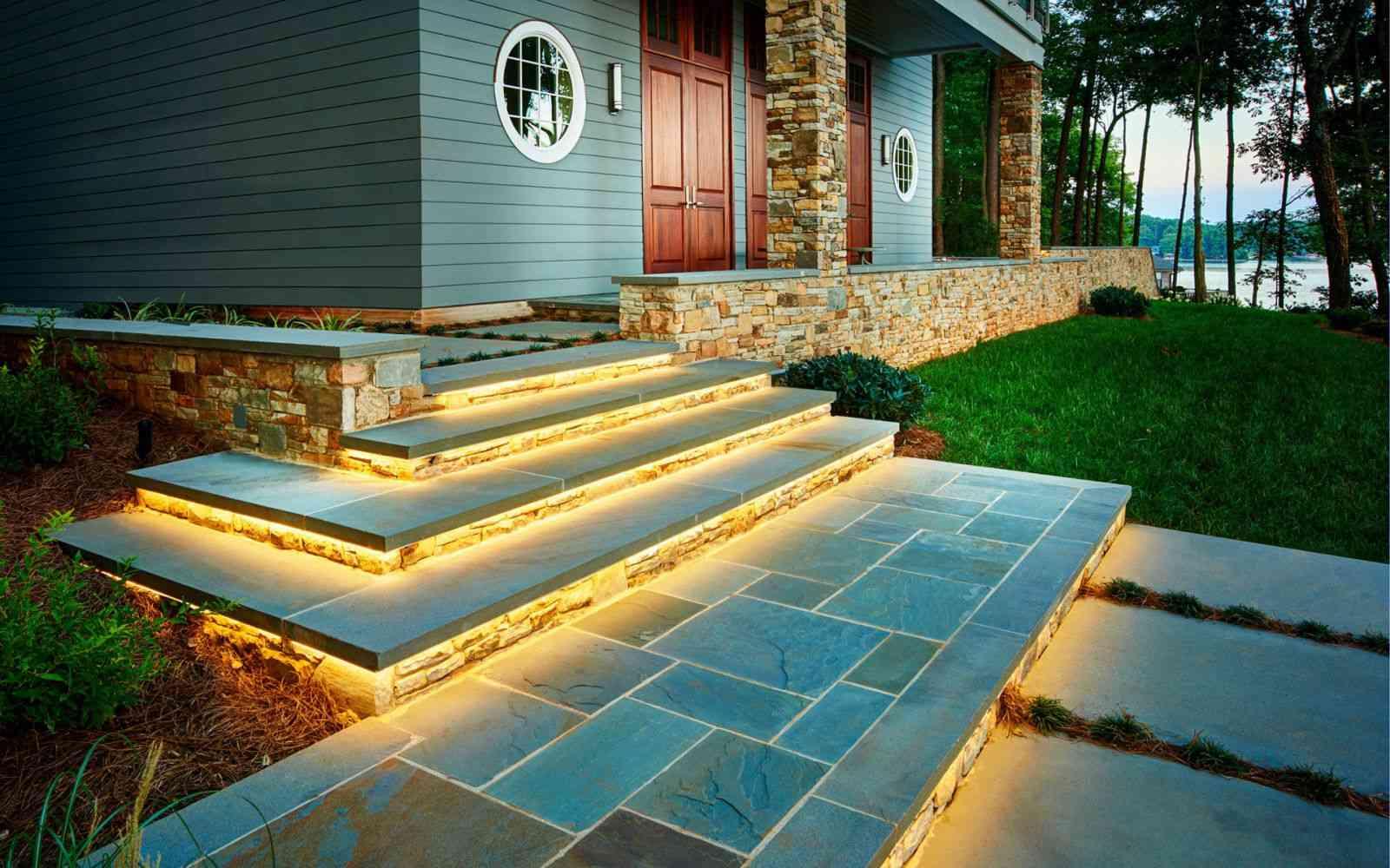 escalones exteriores con iluminación