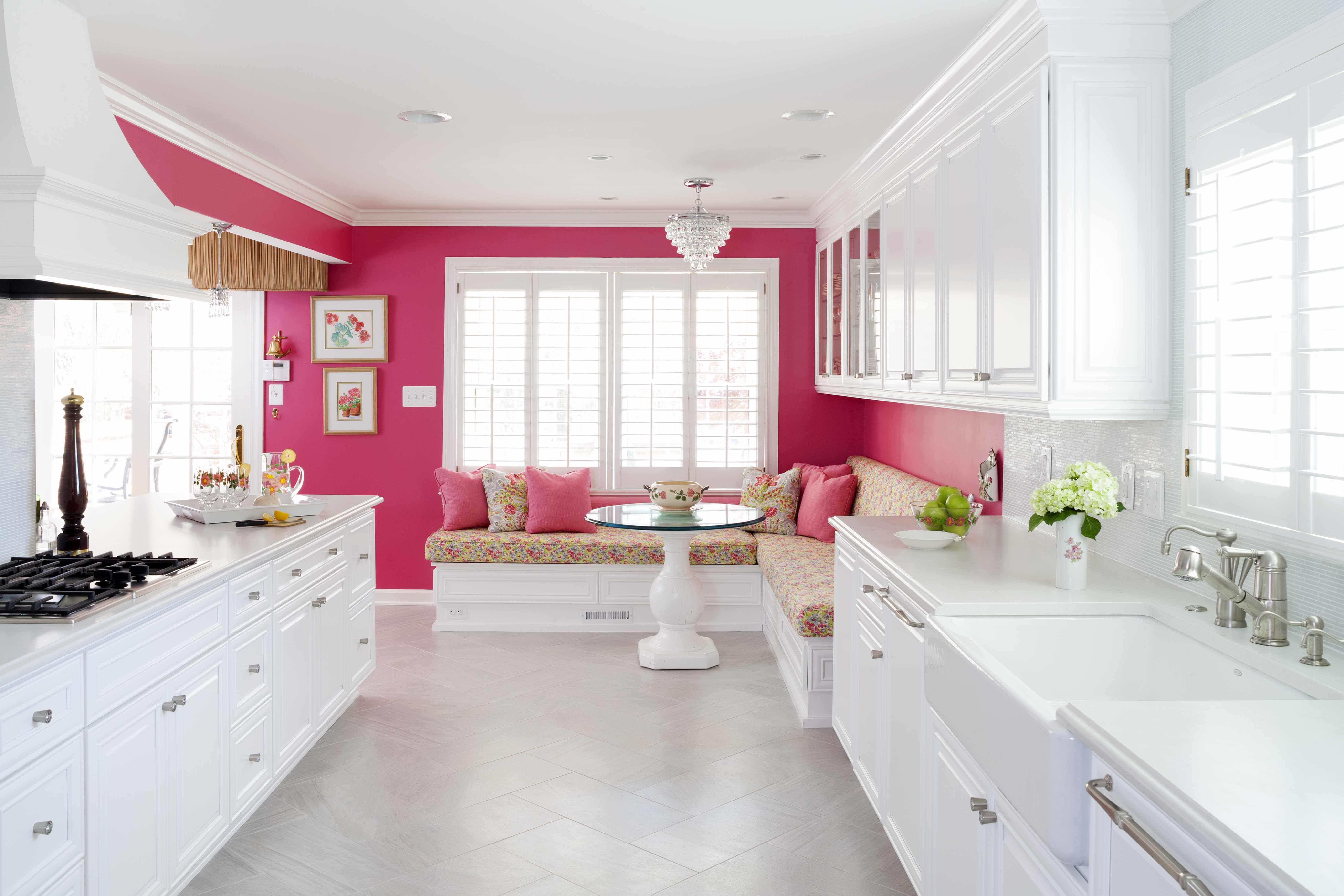Fregadero de cocina de piedra de jabón con gabinetes amarillos.