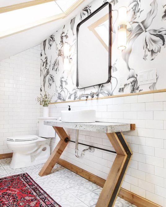 Baño con azulejos blancos del metro y papel tapiz