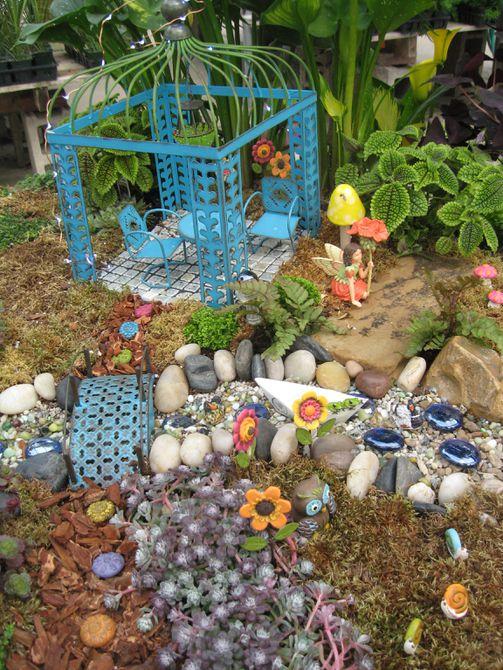 Muebles en miniatura en un jardín de hadas