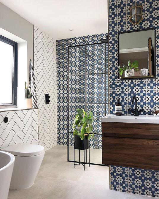 Baño con azulejos florales y azulejos de metro