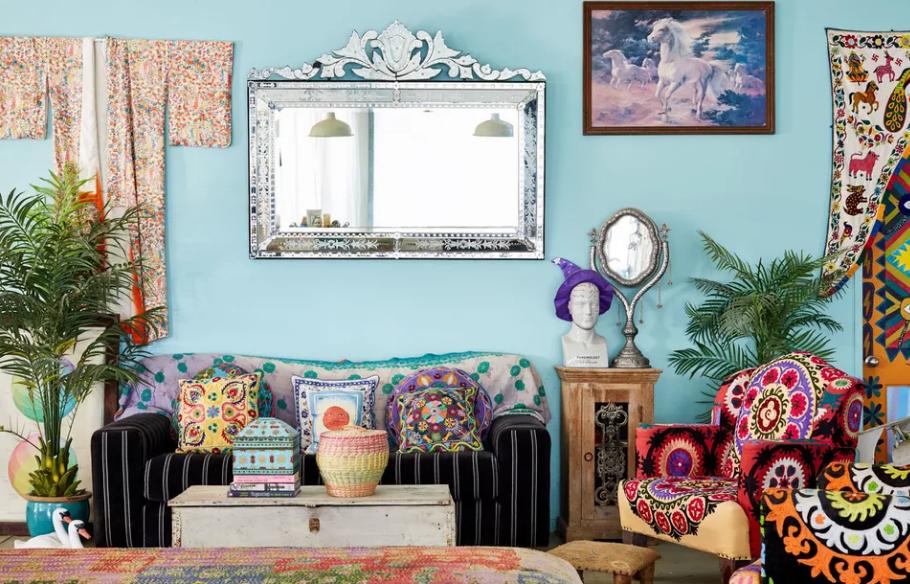 sala de estar colorida con patrones contrastantes