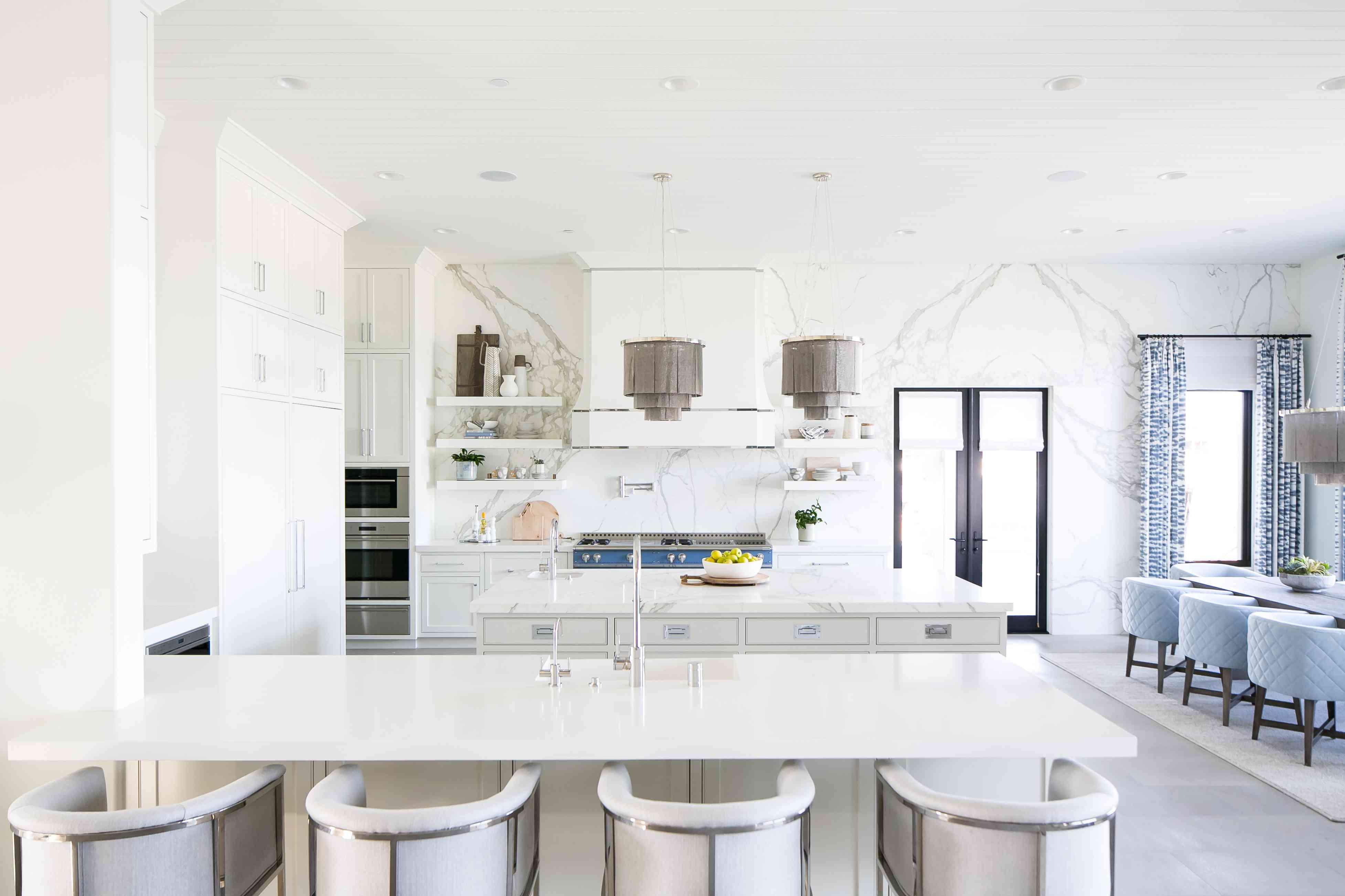 Cocina abierta con paredes de mármol