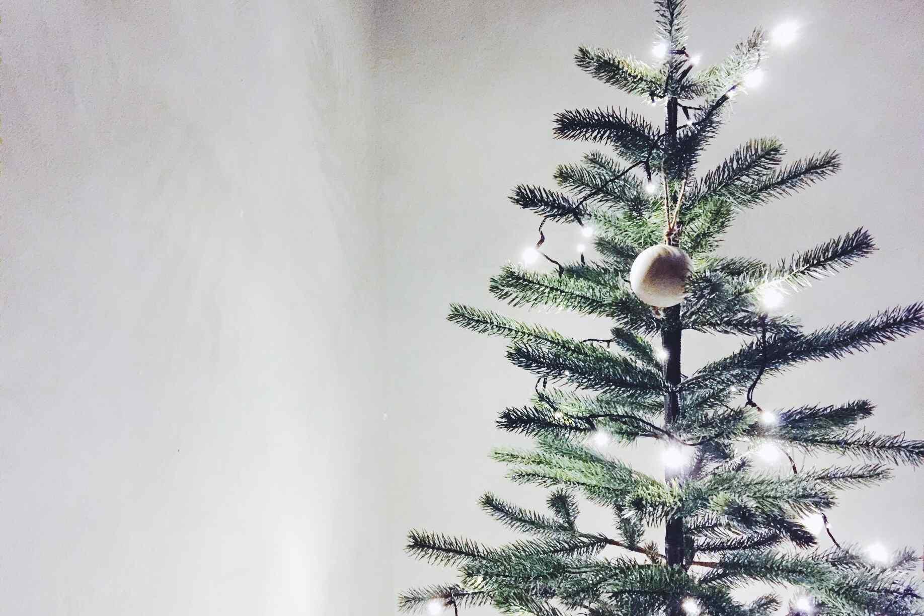 Árbol de Navidad con adornos de dinosaurio azul . , Árbol de Navidad con decoración de casa de campo