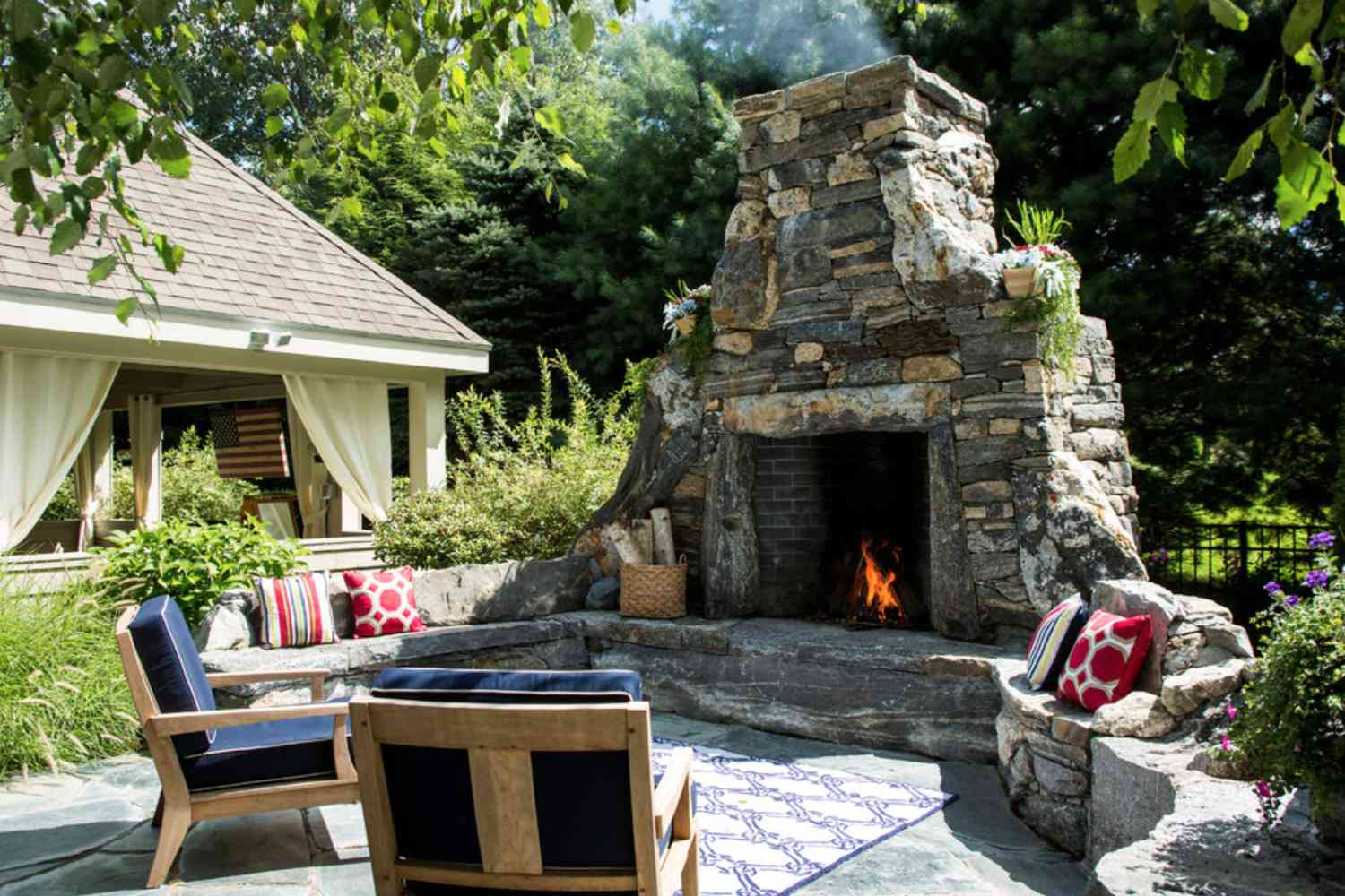 Image of: 25 Warm And Cozy Outdoor Fireplace Designs