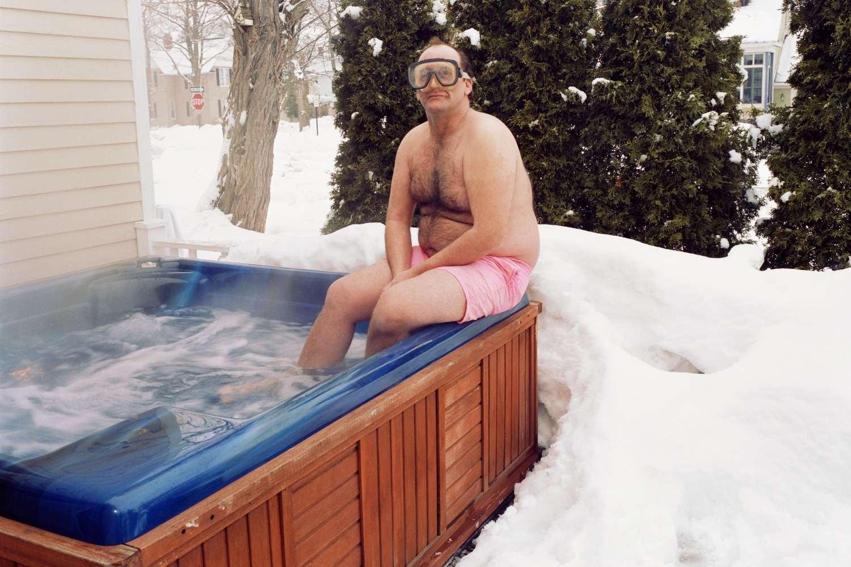 hombre en el spa en la nieve