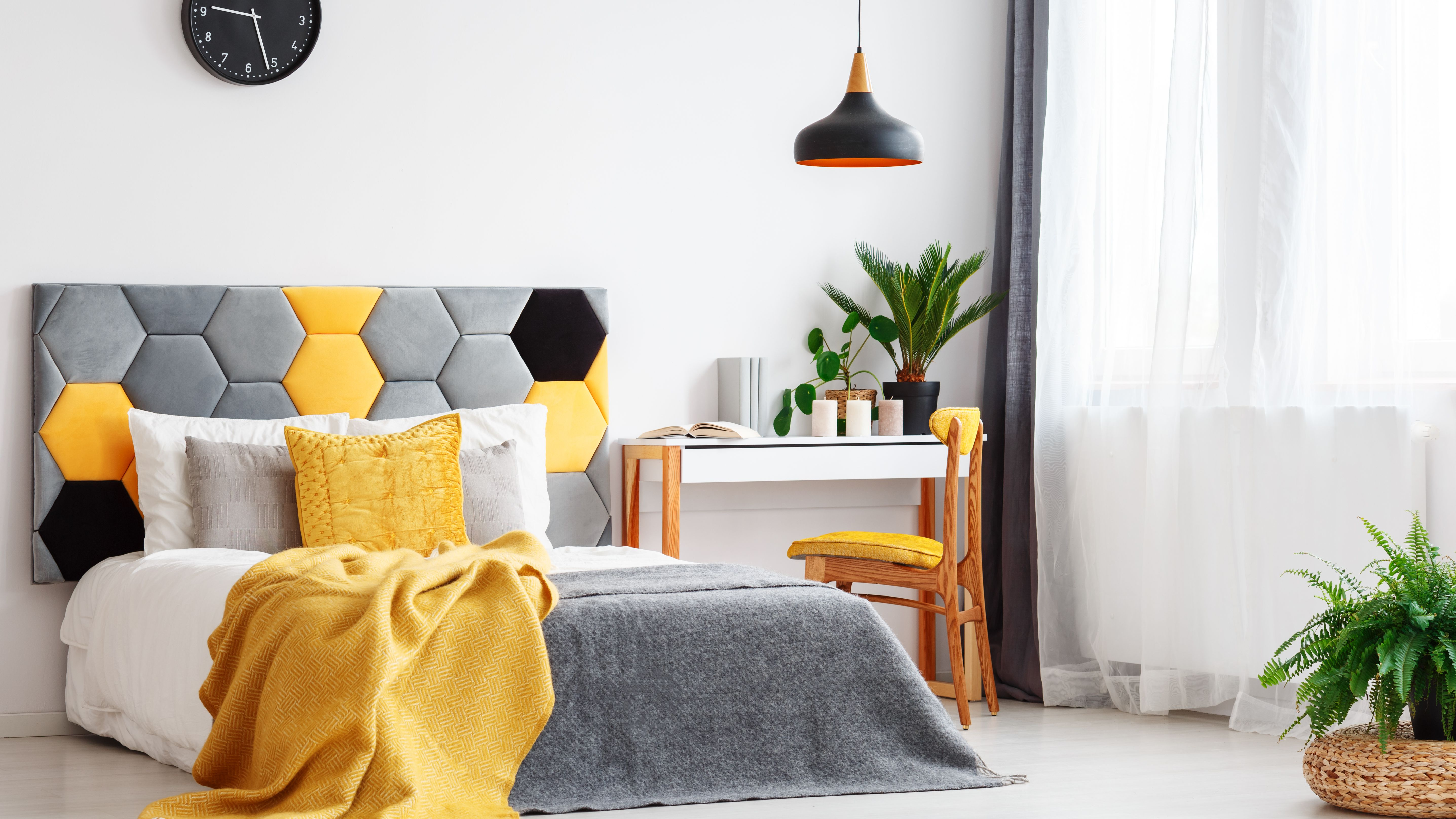 Picture of: How To Decorate A Bedroom With Yellow