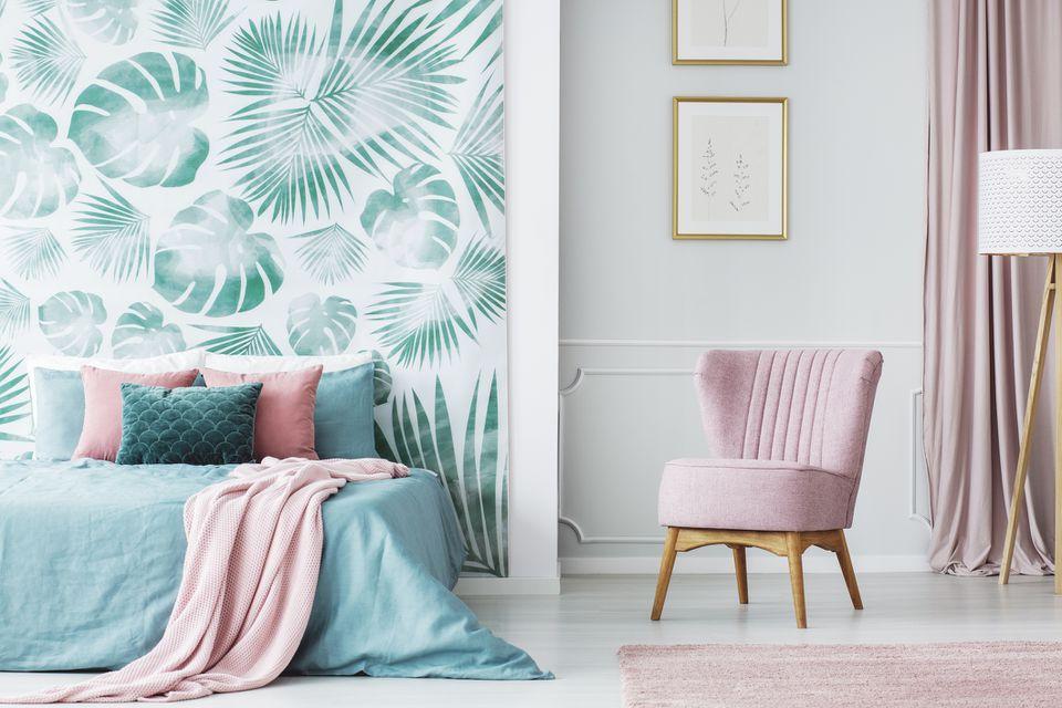 Dormitorio verde y rosa con silla rosa