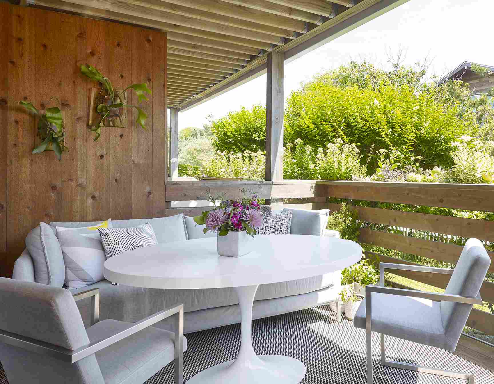 Un porche soleado al aire libre