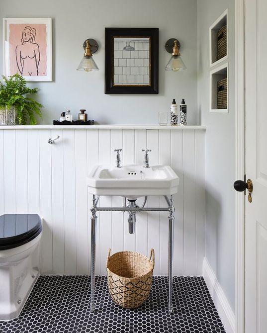 Baño con negro y azulejo de centavo blanco