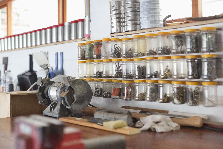 Frascos y encimeras en taller