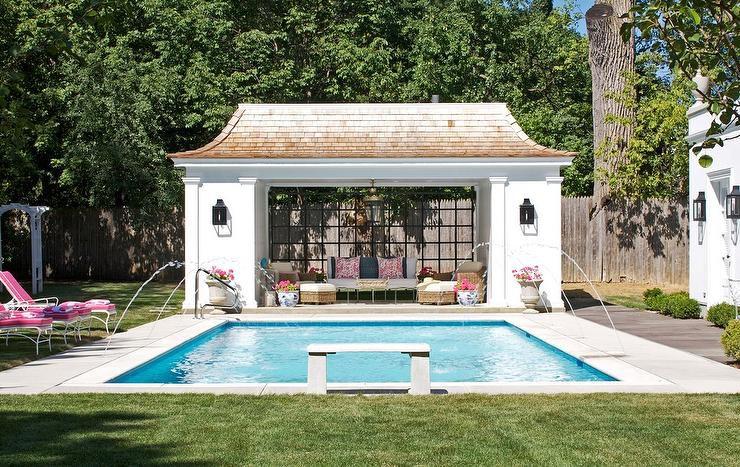 Casa de la piscina con ventana de vidrio