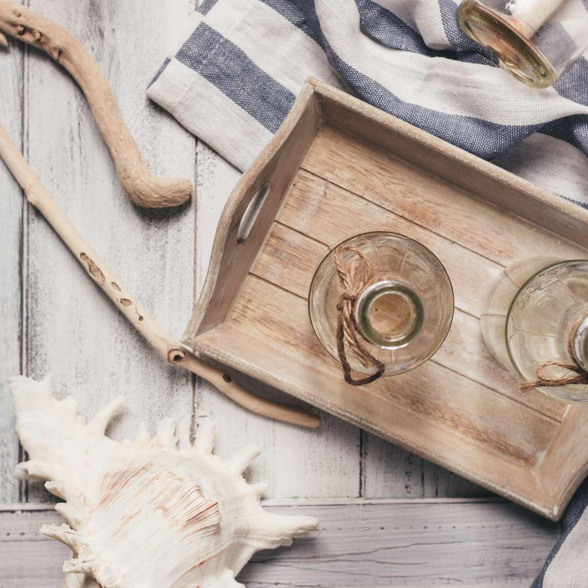 Mesa de madera con tela, candelabros, concha