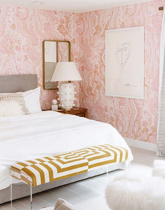 Dormitorio con papel tapiz rosa estampado