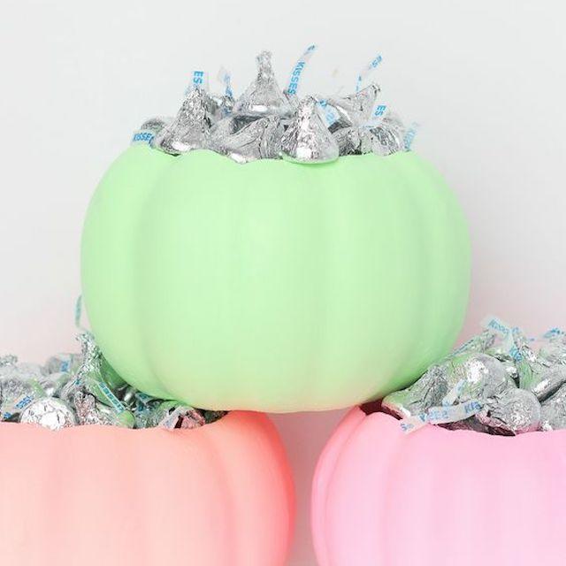 Platos de dulces de neón en colores pastel