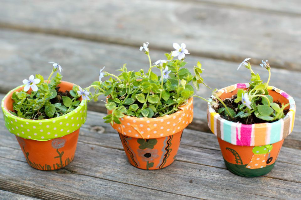 DIY Outdoor decor ideas - colorful mini planters