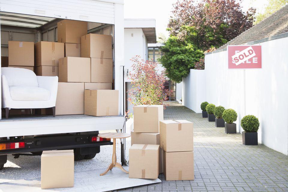 Camión de mudanzas lleno de cajas