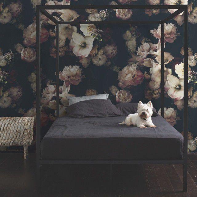 papel tapiz floral oscuro en el dormitorio