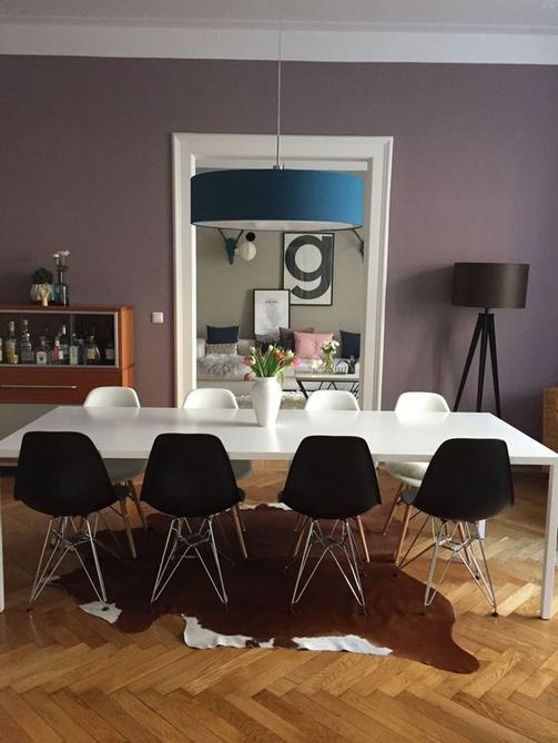Comedor con pared púrpura
