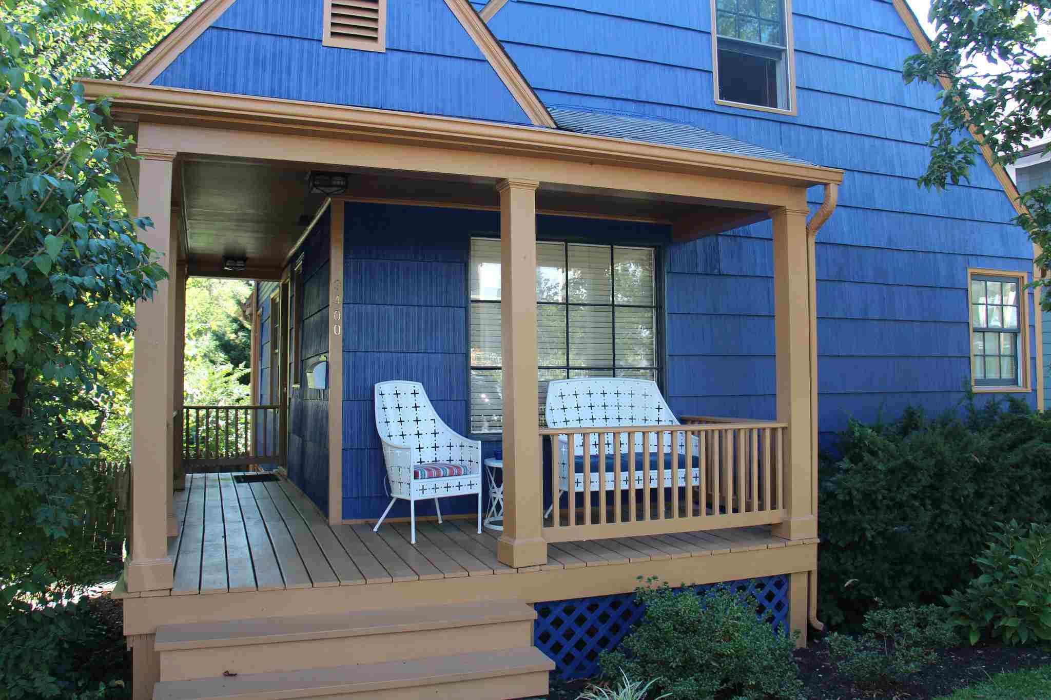 casa azul del porche antiguo