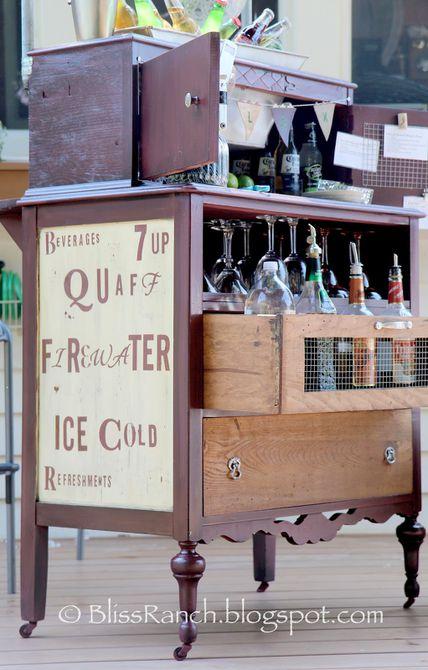 tocador reciclado convertido en un bar de casa