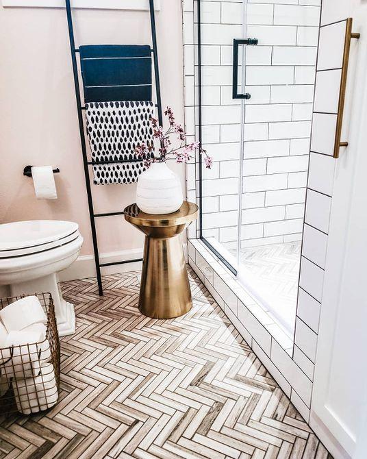 Baño con azulejos de chevron neutros