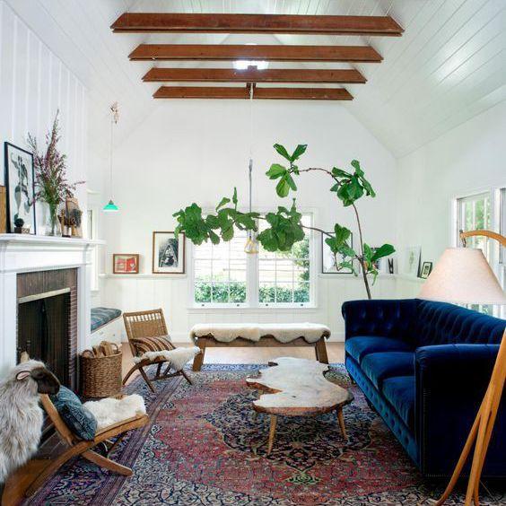 Sofá de terciopelo en una habitación blanca
