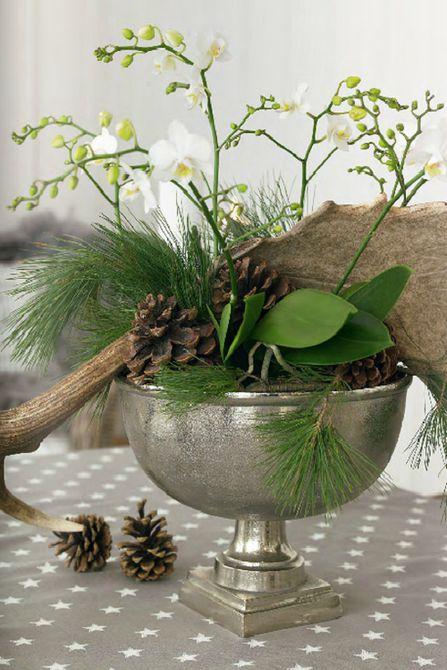 centro de mesa de invierno con piñas y ramas