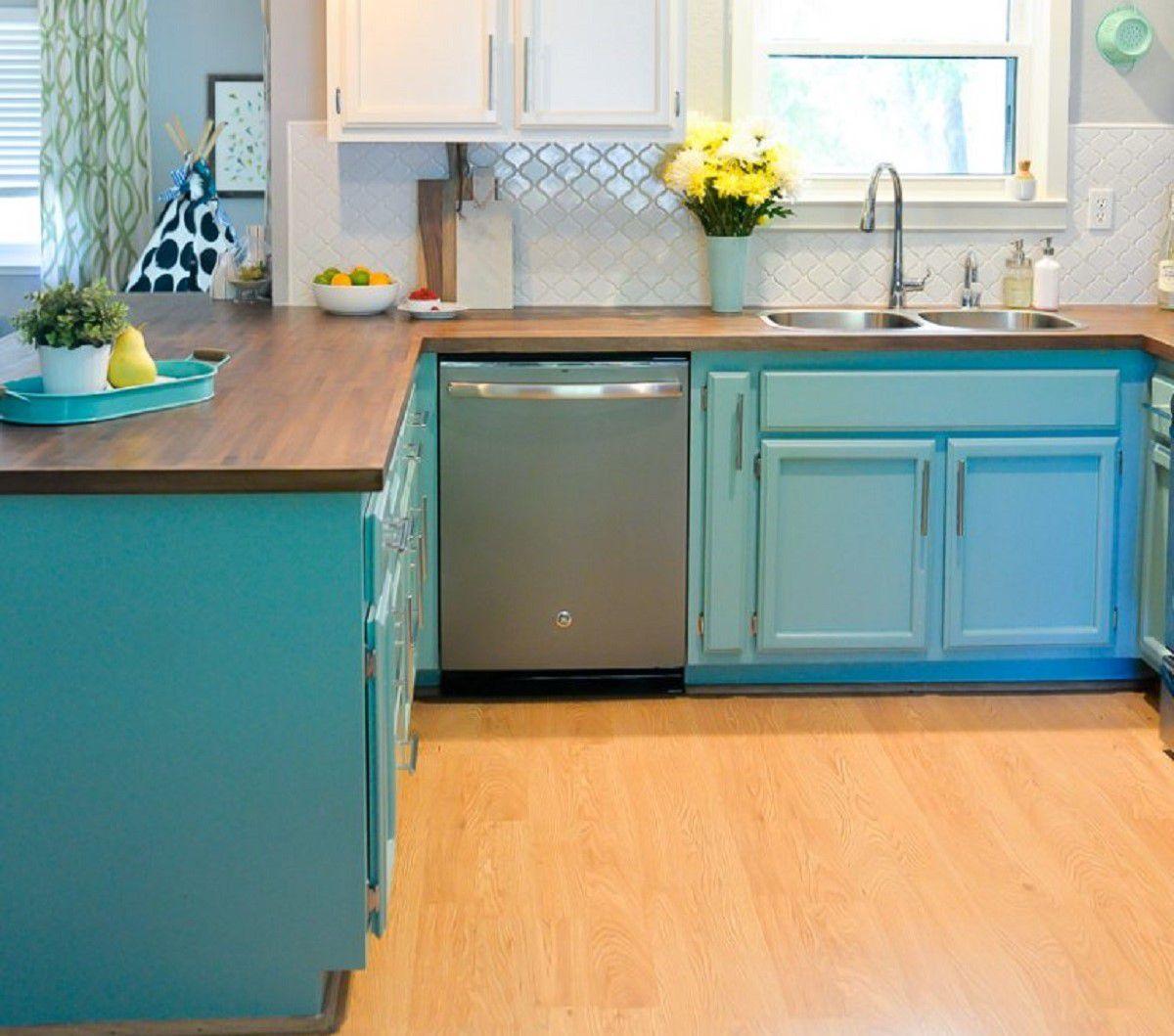 gabinetes pintados de azul en una cocina pequeña