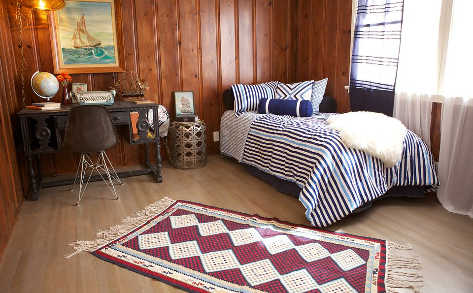 pequeña habitación de invitados en bungalow con paneles de madera