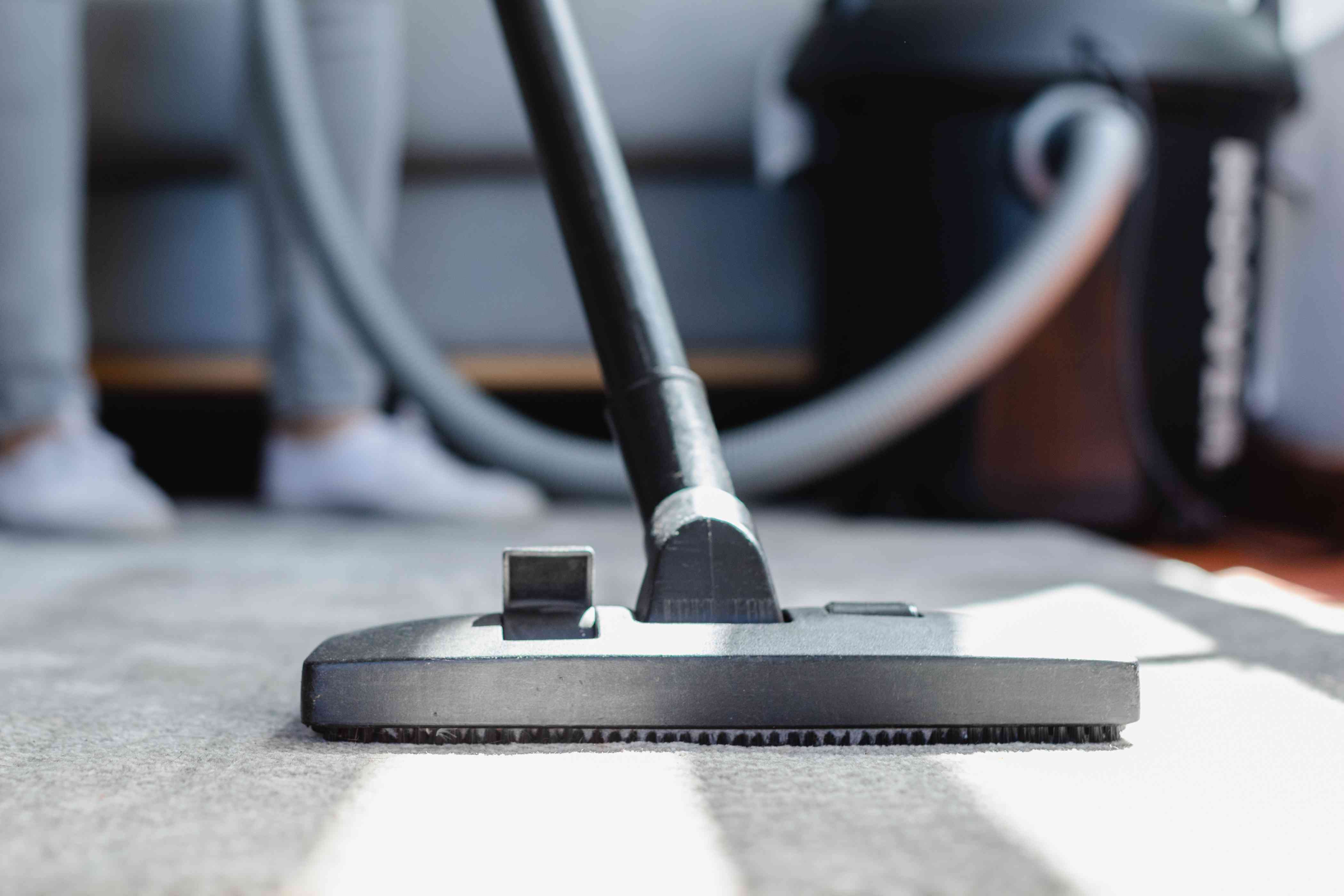 Upright vacuum cleaner head with beater bar lifted up