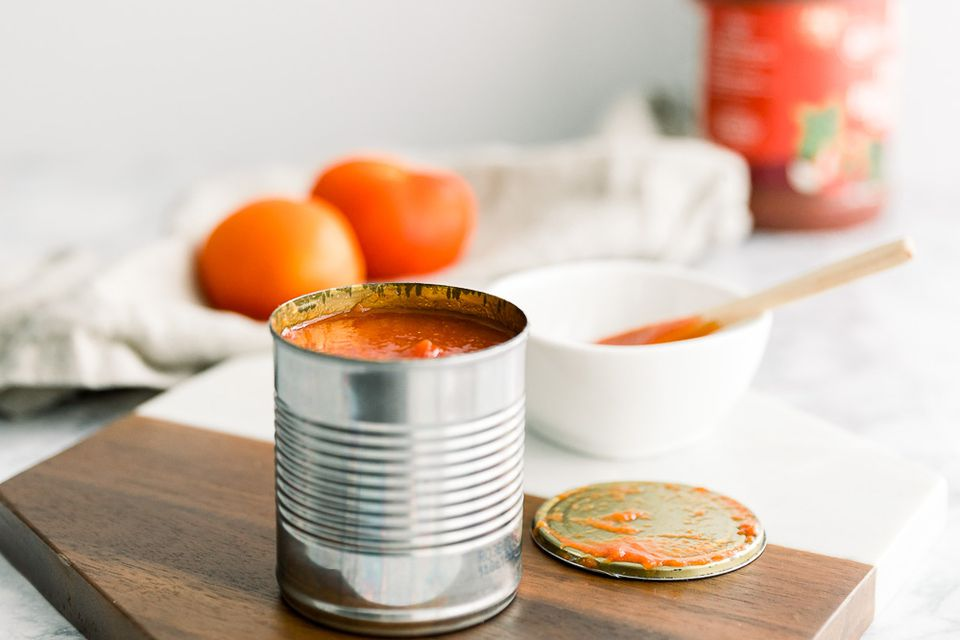 can of tomato sauce