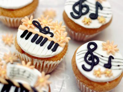 Cupcakes with fondant. Piano & treble clef.