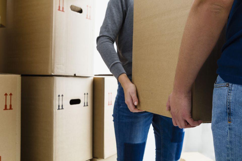 Alemania, munich, pareja joven, tenencia, caja de cartón, cicatrizarse