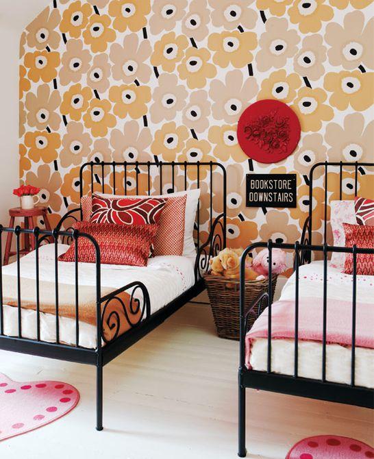 Habitación retro vintage para niñas de los años 70 con audaz pared de acento floral