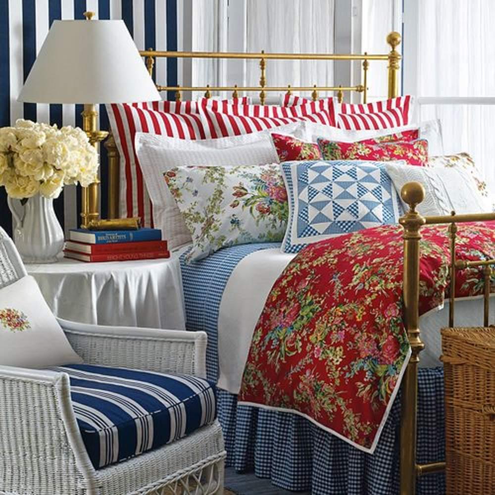 Rojo, blanco y azul colcha en una habitación