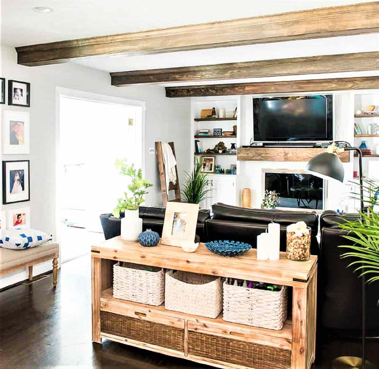 Cambio de imagen de la sala de estar con vigas de madera en el techo y mueble de almacenaje de madera.