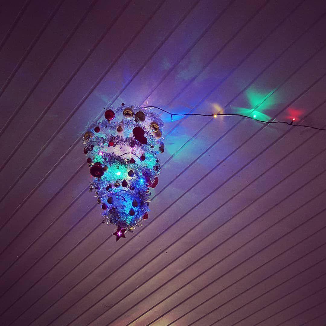 Luminaria que se dobla como árbol de Navidad al revés