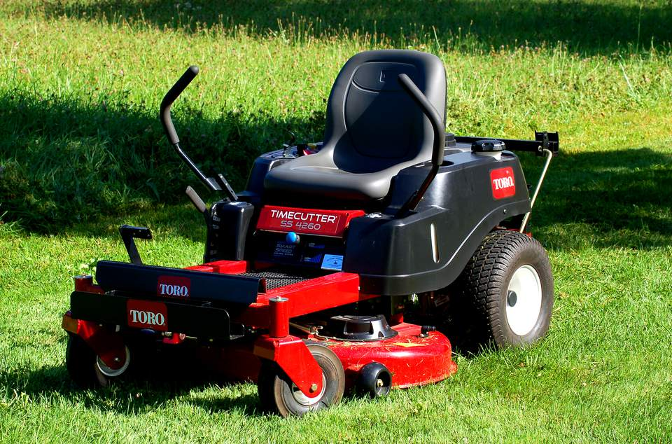 Lawn Mower Tractor >> Riding Mowers Vs Lawn Tractors What S The Difference
