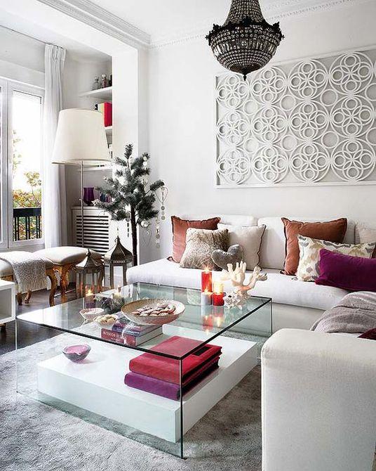 Una moderna sala de estar con paredes blancas y arte geométrico de la pared
