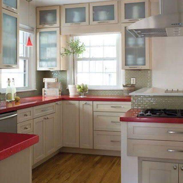 blanco cocina con encimeras de color rojo brillante