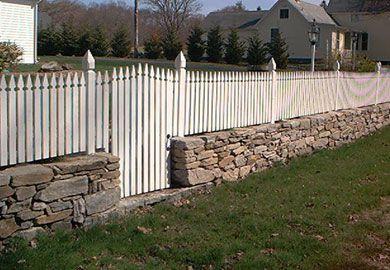 imagen de una valla en una pared. coronado con finiales