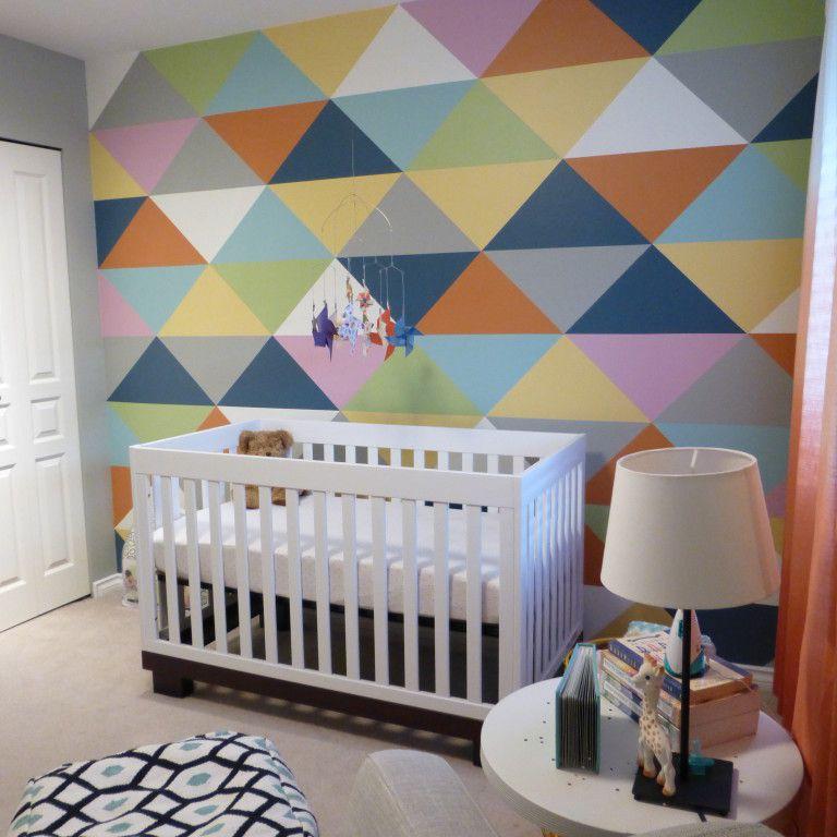 Vivero colorido con pared geométrica triangular