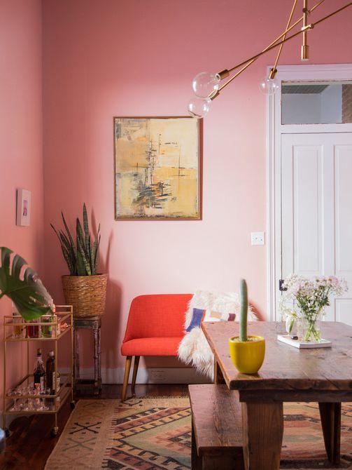 comedor de color rosa, mesa de comedor de madera reciclada, banco