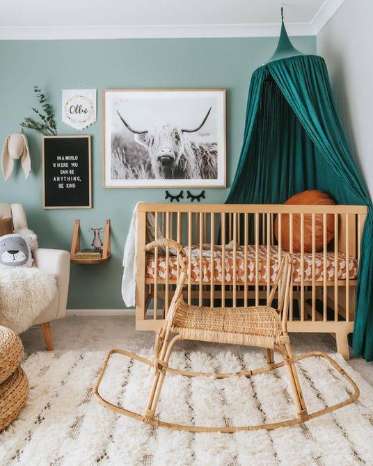 El vivero Boho gana paredes de color verde azulado y acentos naturales