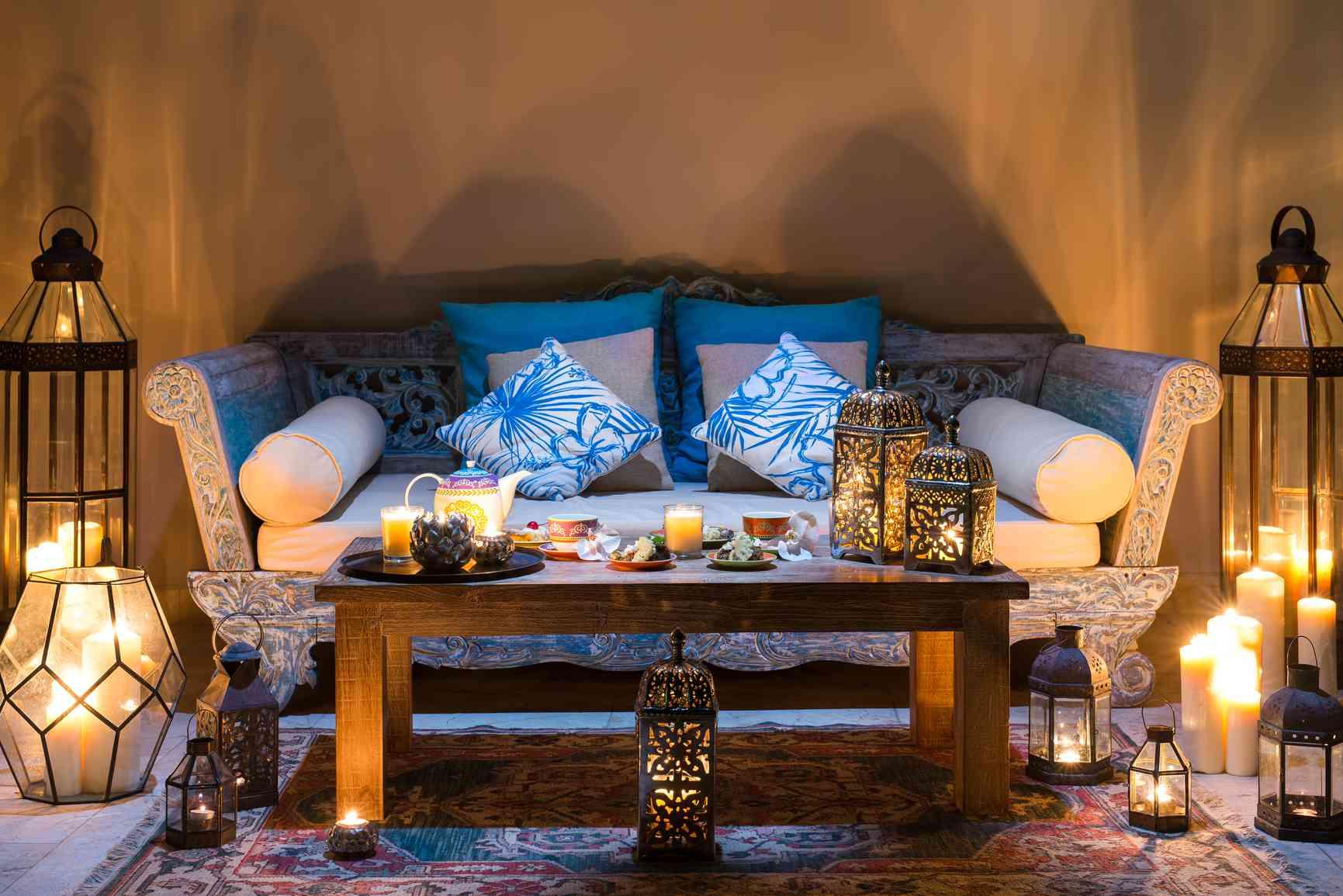 Sofá azul en la habitación con iluminación ambiental