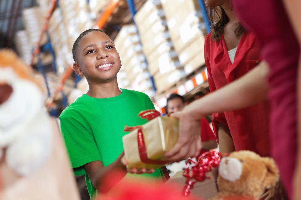 Un niño que recibe un regalo en una organización benéfica