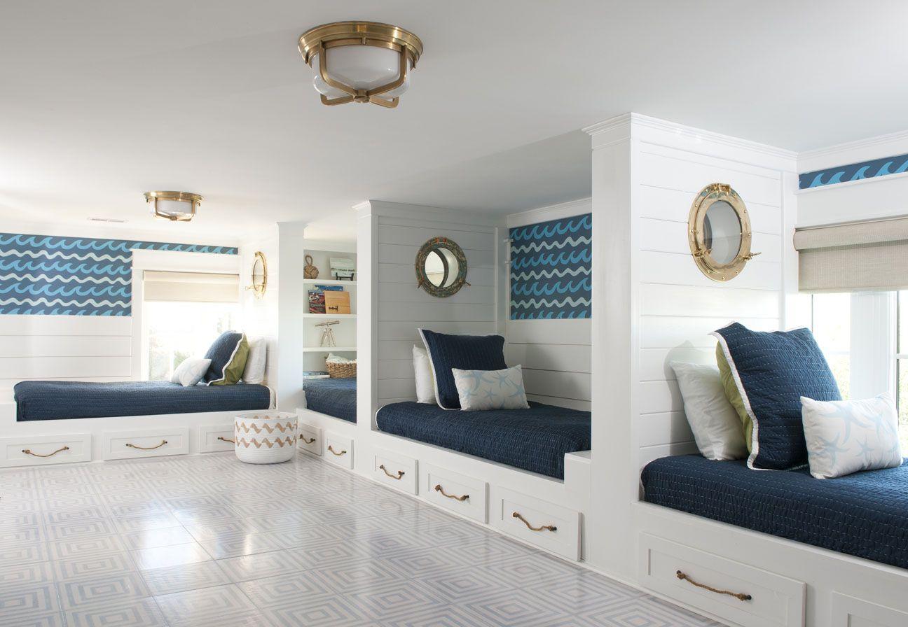 banco de ventana en una sala de estar blanca tradicional
