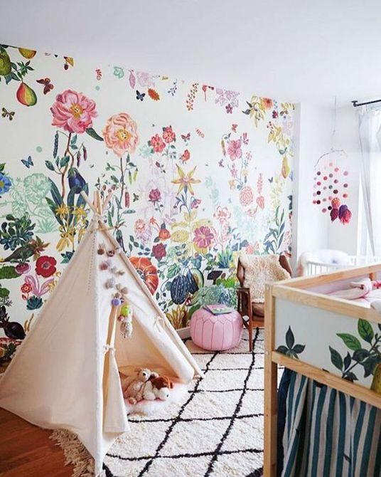 Vivero Boho moderno con magnífica pared de acento floral
