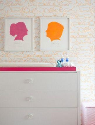 Fotos de silueta enmarcada de niño en naranja y niña en granate encima de una cómoda blanca
